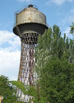 Чудом уцелевшая ажурная башня сбодяным баком на самом высоком холме Николаева —очень хороший памятник интеллекту итруду человека