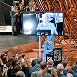 Королева Елизавета II отправляет первый всвоей жизни твит рядом смоделью Шуховской башни вновой галерее систем связи Музея науки вЛондоне. Фото:  http://www.sciencemuseum.org.uk