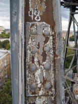 Старое антикоррозийное покрытие металлоконструкций имеет неравномерную толщину исплошность