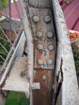 Вместах узловых соединений старое лакокрасочное покрытие имеет сплошные очаги растрескивания